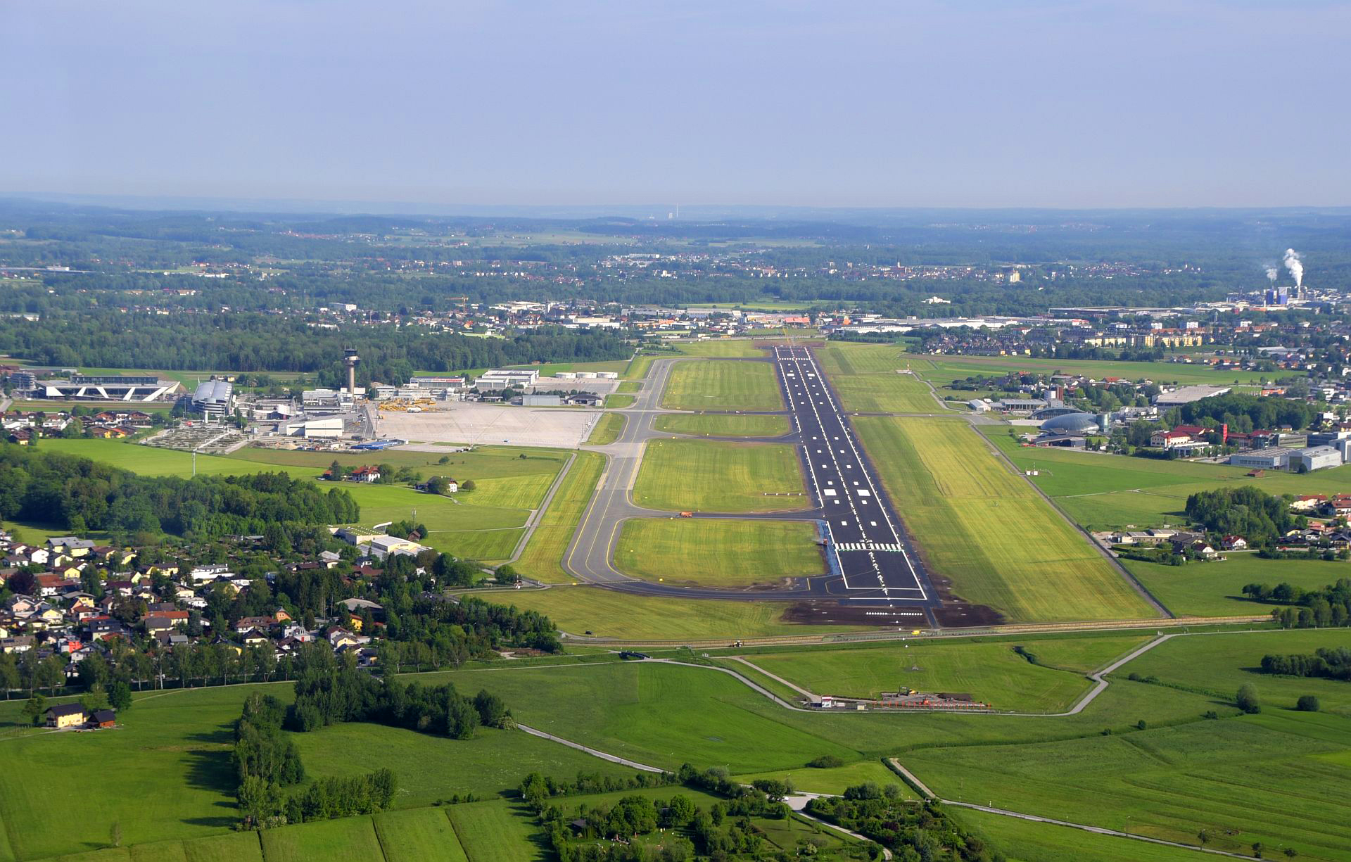 Salzburg_Airport_Runway - By SZGwebmaster - Own work, CC BY-SA 4.0, https-::commons.wikimedia.org:w:index.php?curid=82095343
